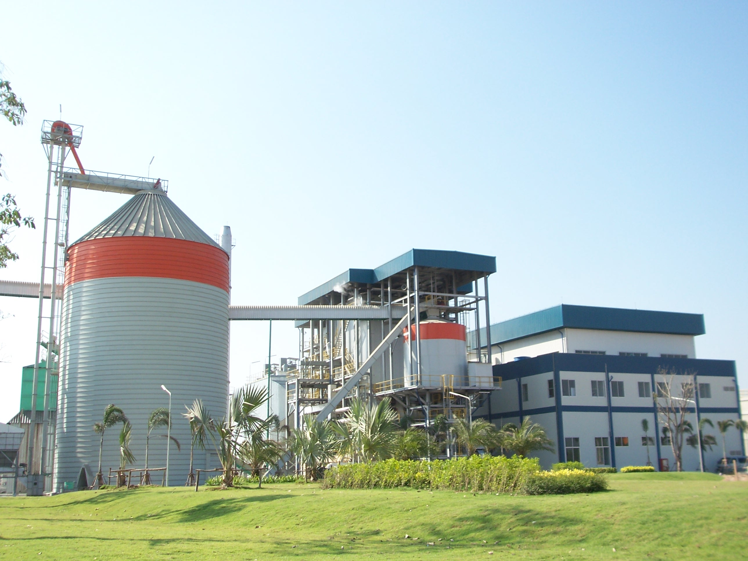 Surin, Thailand Fuel: Rice Husk  Capacity: 9.9 MW, 55tons/hr boiler @ 37  bar(g), 435oC with step grate